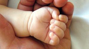 CAZ ŞOCANT! Un bebeluş de un an a fost la un pas să moară după ce a căzut în jarul de la grătar