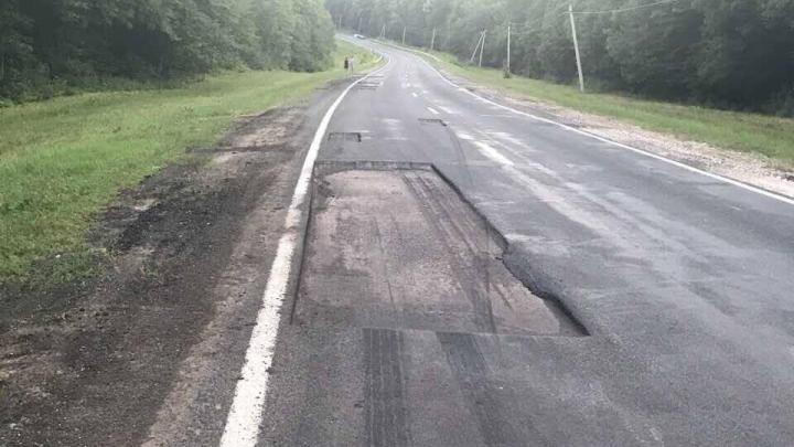 Au frezat asfaltul și au uitat să îl mai asfalteze. Mașinile își sparg roțile în drumul spre Leușeni (FOTO)