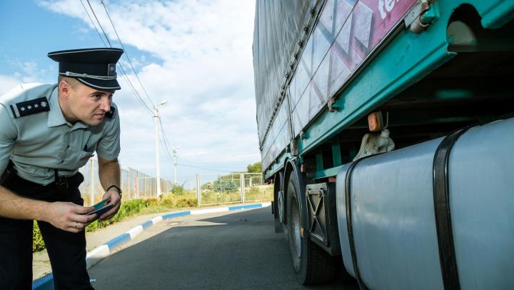 Un român a încercat să treacă frontiera moldo-română, la volanul unui ansamblu de vehicule, cu acte false