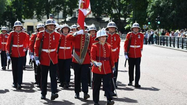 Megan Couto a devenit prima femeie care comandă Garda Reginei de la Buckingham Palace