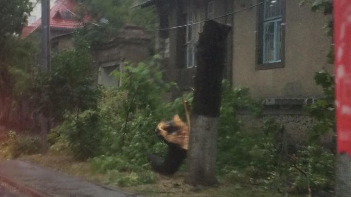 FURTUNĂ VIOLENTĂ în Capitală. ACOPERIŞURI SMULSE şi o creangă căzută peste o femeie. Hidrometeo nu a emis nicio avertizare (VIDEO)