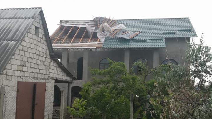 Natura s-a dezlănţuit şi la Molovata Nouă. Mai multe acoperişuri au fost găurite în urma potopului (FOTO)