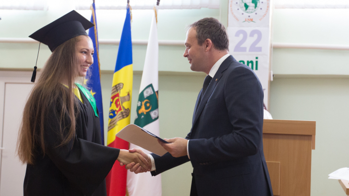 Tinerii absolvenți, încurajați de Andrian Candu să se angajeze la Parlament (FOTO)