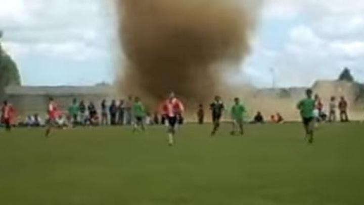 Un meci de fotbal a fost OPRIT DE O TORNADĂ! Vremea A LUAT-O RAZNA în toată Europa (VIDEO)