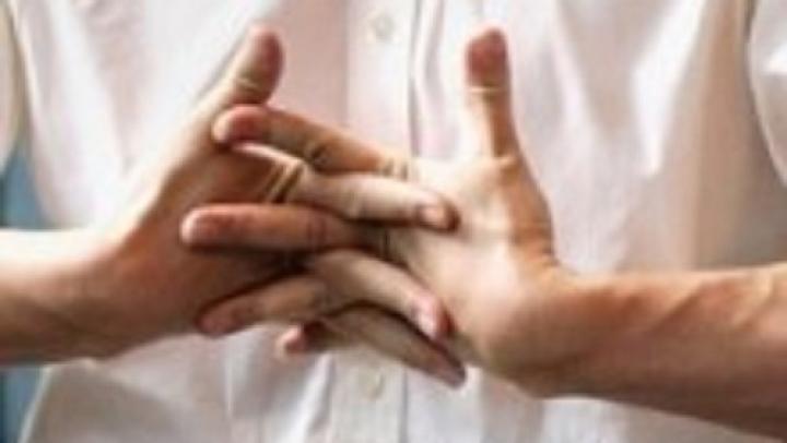 Dacă ai obiceiul să trosnești din degete probabil că nu știi ce se întâmplă când faci asta