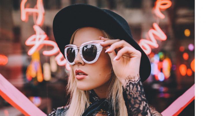 Cum să fii la modă vara asta. 3 reguli pentru a-ți asorta ochelarii de soare la ținută