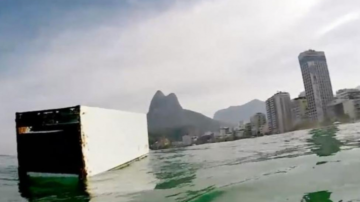 NO COMMENT! Un surfer, aproape să dea peste un frigider. Bărbatul, UIMIT să vadă asta (VIDEO)