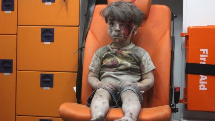 Cum arată Omran, băiatul prăfuit şi plin de sânge, simbol al tragediei din Siria, la un an de la atacul din Alep (FOTO)