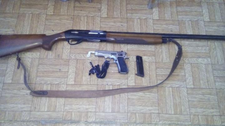 A spart un seif, a furat un pistol şi o armă de vânătoare. Un tânăr din Floreşti, reţinut de poliţie