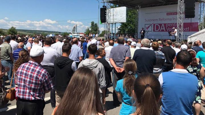 """Doar la Ialoveni s-au adunat mai mulţi oameni care vor vot mixt, decât a reușit """"societatea civilă"""" politizată să adune în Chişinău"""