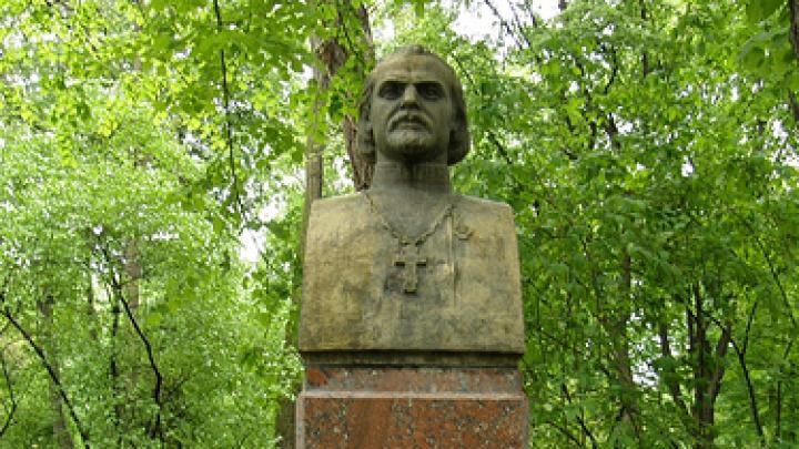 """Poezia """"Limba noastră"""" împlinește astăzi 100 de ani. Zeci de flori au fost depuse la bustul lui Alexei Mateevici de pe Aleea Clasicilor"""