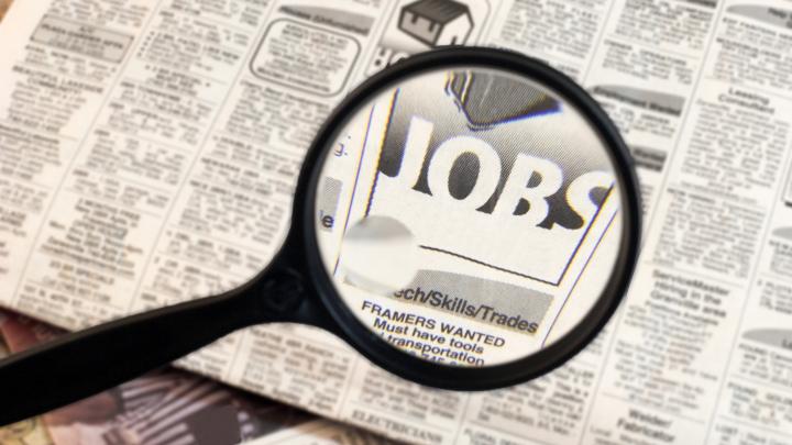 SUTE DE LOCURI DE MUNCĂ LIBERE. Angajatorii oferă salarii care pornesc de la 4000 de lei