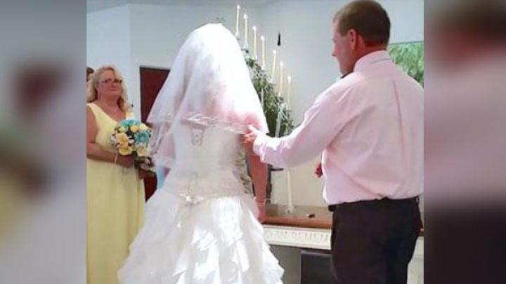 La altar MIRELE a dat-o deoparte pe MIREASĂ și a invitat pe ALTCINEVA ÎN LOCUL EI! După ce a urmat, mireasa A LEȘINAT (FOTO)