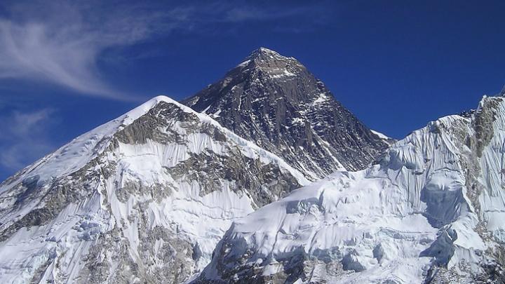 Everestul plin de gunoaie. Câte tone de deşeuri au fost colectate de pe versantul nepalez