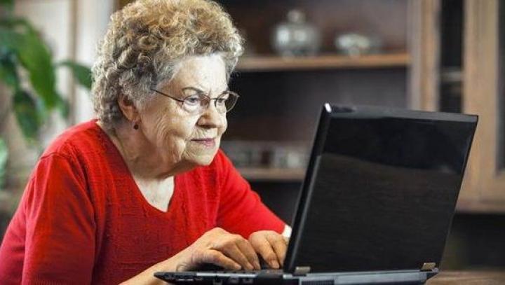 Cea mai politicoasă bunicuță. Ce a scris în motorul de căutare Google