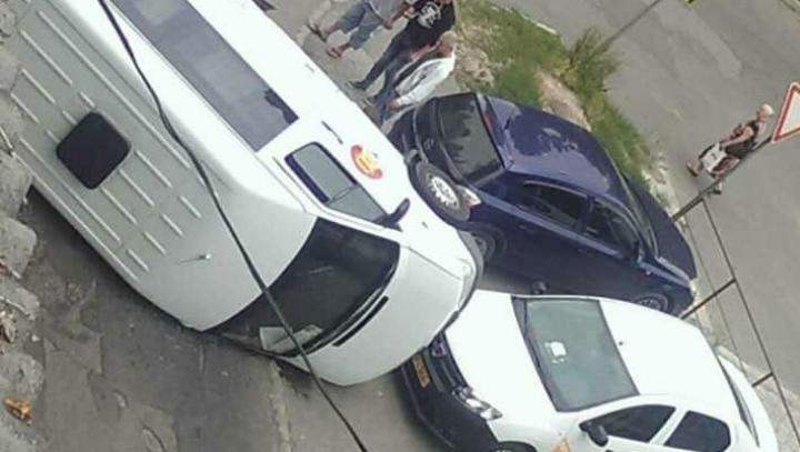 Accidet grav în Capitală. Un taxi s-a ciocnit violent cu un microbuz pe cursa ocazională (FOTO)