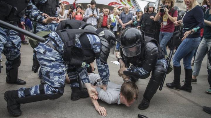 Rusia: Aproape 1.000 de manifestanţi au fost reţinuţi la protestul anticorupție desfășurat în centrul Moscovei