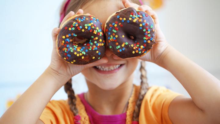 Util pentru părinţi! Cum îţi convingi copilul să mănânce mai puţine dulciuri (VIDEO)