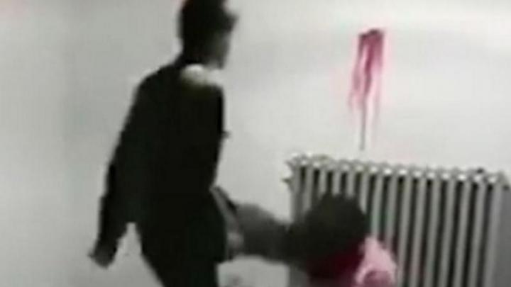Lovită peste față și trasă de păr: Brutalitatea cu care este tratată o deținută (VIDEO)