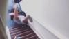 O turistă cazată prin Airbnb, împinsă pe scări de gazdă. REACŢIA companiei: E un comportament oribil şi amoral