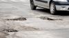Un şofer din oraşul Codru a rămas fără o roată la maşină din cauza unei gropi în asfalt