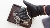 Hoţii au spart un magazin de bijuterii aflat vizavi de PCCOCS. Pagubă de UN MILION ŞI JUMĂTATE DE LEI