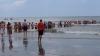80 de oameni au format un lanț uman pentru a salva o familie de la înec (VIDEO)