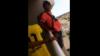 S-a dus pe balcon și a făcut un gest ȘOCANT. Rudele au trecut prin momente de panică (VIDEO)