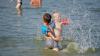 Moldovenii se simt ca la mare pe malul râului Prut. Oamenii vin la odihnă deşi în zonă nu sunt toalete, staţie de salvare şi nici pubele