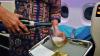 O stewardesă a făcut vâlvă în online după ce a fost surpinsă în timp ce turna șampania înapoi în sticlă (VIDEO)