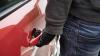 Atenţie la maşini! Poliţia Capitalei este în căutarea unui escroc care a jefuit bunuri dintr-o maşină