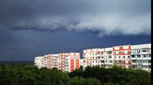 Cer noros, ploi cu descărcări electrice, iar în nordul ţării cu grindină