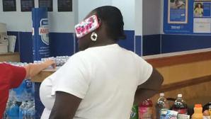 Și-a lipit telefonul de ureche: Apariţii bizare în magazinele din SUA