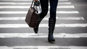 O femeie, lovită în timp ce traversa strada regulamentar. Ce riscă şoferul