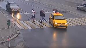 Au fost bătuți cu pumnii și picioarele pentru că traversau strada regulamentar (VIDEO)