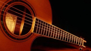 O femeie însărcinată a furat chitare de 6.000 de euro, ascunzându-le sub fustă