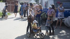 """Cabinetul pediatric mobil """"Renaşte Moldova"""" a ajuns la Căpriana. Zeci de copii, examinaţi de medici (FOTO)"""