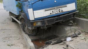 Viaţa unui bărbat din Capitală atârnă de un fir de aţă, după ce a fost lovit de un camion (FOTO)