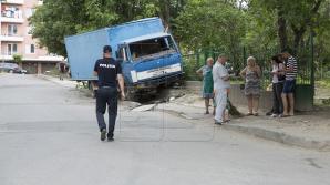 Un pieton a fost lovit de un camion pe strada Cornului din Capitală (FOTO)