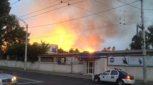 17 autospeciale şi 80 de pompieri au intervenit pentru lichidarea incendiului de pe Stadionul Republican