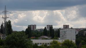 Cer noros, pe arii extinse averse cu descărcări electrice, local cu grindină