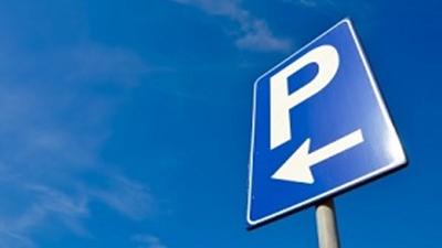 NO COMMENT: Un şofer a decis să-şi parcheze maşina în mijlocul străzii (FOTO)