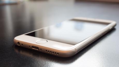Francezii nu vor mai folosi cuvântul smartphone! Ce înlocuitor i-au găsit