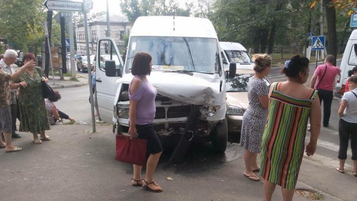 Accident rutier în Capitală! Un microbuz care mergea pe ruta 125 a lovit puternic un Chevrolet