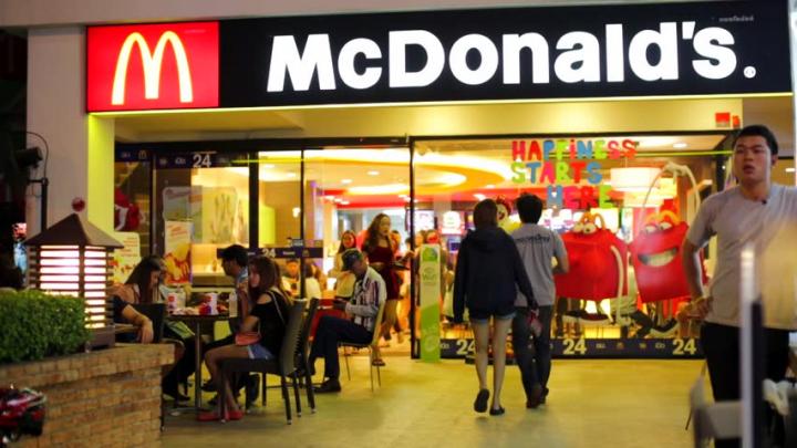 Un angajat McDonald's concediat după ce a postat poze cu resturi scârboase din rețeaua de fast food-uri