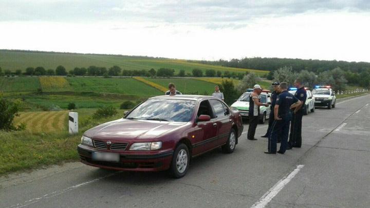 Au maltratat un bărbat şi au jefuit automobilul acestuia. Ce riscă cei doi suspecţi