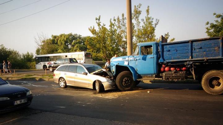 ACCIDENT în sectorul Botanica al Capitalei. O mașină făcută zob după ce s-a lovit cu un camion