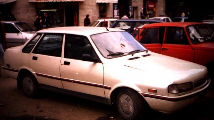 Mulți au uitat de ea. Cum arată Dacia Extase, modelul fabricat după Revoluţie, prin care am vrut să ne americanizăm (FOTO)