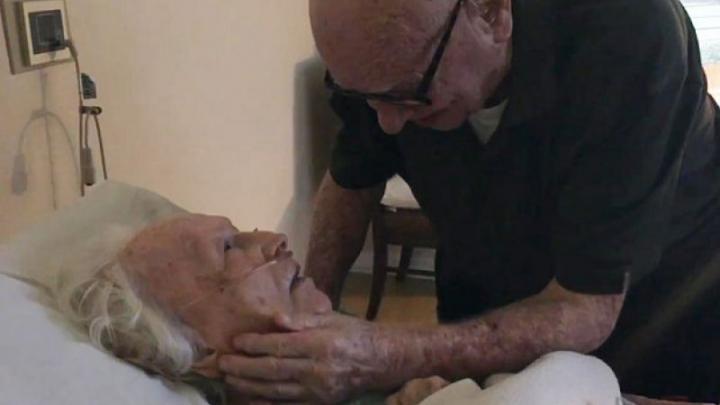Ai putere să nu plângi? Pe patul de moarte el, 92 de ani, îi cântă soției (VIDEO)