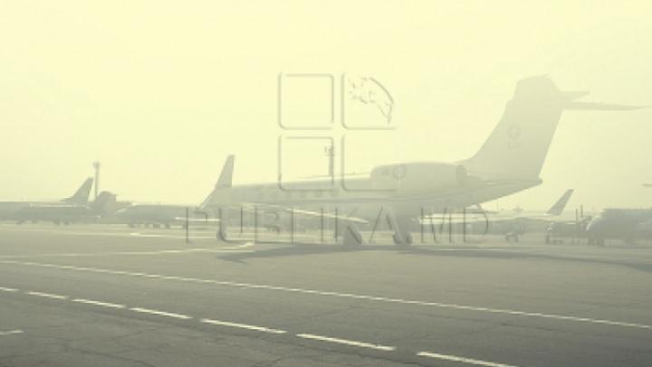 PANICĂ la bordul unui avion. Un pasager I-A SPERIAT DE MOARTE pe călători. Zborul a întârziat mai bine de două ore